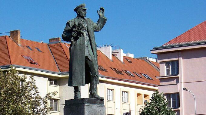 Praha 6 nechala odstranit Koněvův pomník, jeho vnučka se vzteká