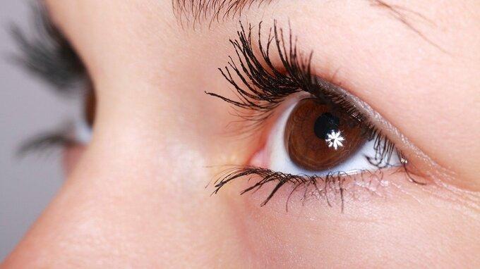 Koronavirus podle vědců přežije v očích týdny