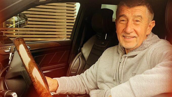Andrej Babiš řídí luxusní vůz.
