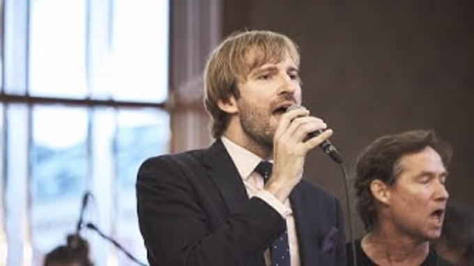 Ministr Adam Vojtěch zpívá skladbu od Beatles