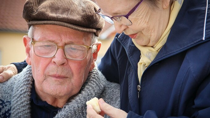 Důchody se zvednou o 300 korun