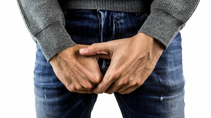 Muž trpěl bolestí varlat, zjistili mu koronavirus