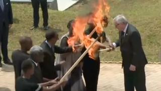 Bývalý šéf EK Juncker málem zapálil prezidentovu ženu (repro youtube)