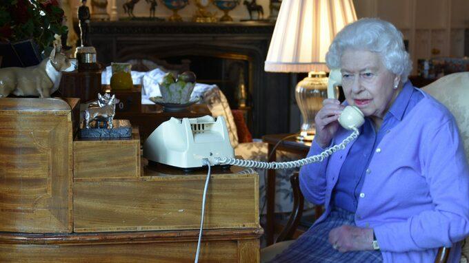 Britská královna s ním před hospitalizací řešila úřední záležitosti.