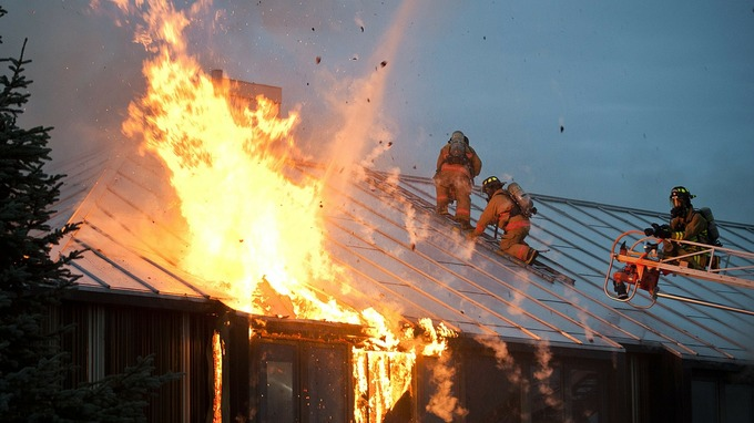 V pečovatelském domě hořelo, stařenka je v nemocnici