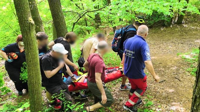 Záchranáři pomohli ženě středního věku.