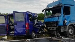 Nehodu dodávky a kamionu nepřežilo 5 lidí
