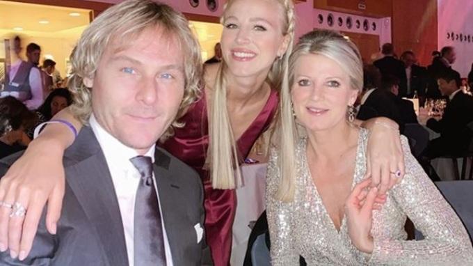 Pavel Nedvěd s manželkou a dcerou.