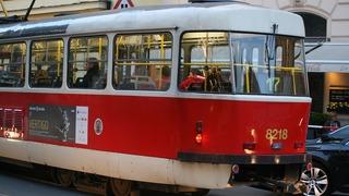 Tramvaj srazila v Praze chodce, skončil v nemocnici