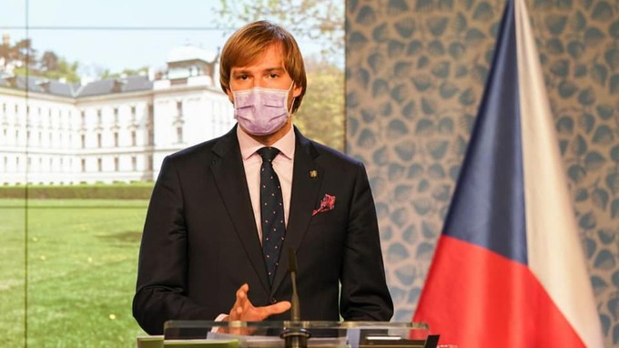 Ministr promluvil o tom, kdy lidé sundají roušky.