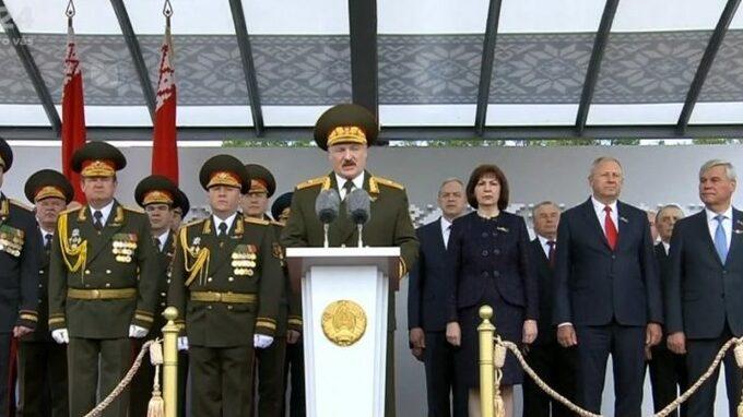 Vojenská přehlídka v Bělorusku, koronavirus je tam nezajímá