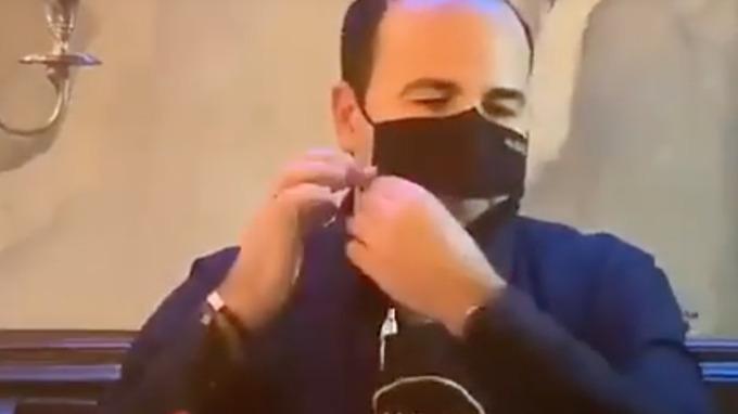Restauratér vymyslel roušku se zipem