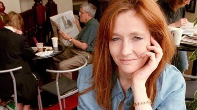 J. K. Rowlingová je oblíbená spisovatelka.