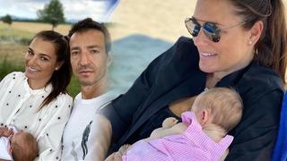 POhledná maminka vyvedla rodinku na pláž.