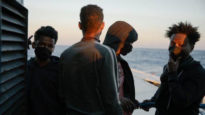 Migranti čekají, až je úřady vpustí na pevninu.