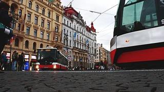 Lidé mají v rozvolnění opatření často zmatek. Třeba v tramvaji se roušky nosit nemusí, oproti tomu v metru ano.