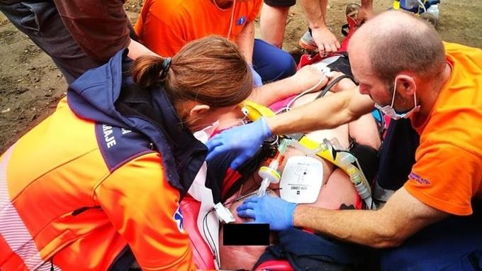 Záchranáři muži zachránili život.