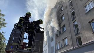Hasiči zasahují u výbuchu bytu v Praze.