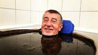 Premiér si užívá bahenní lázně.