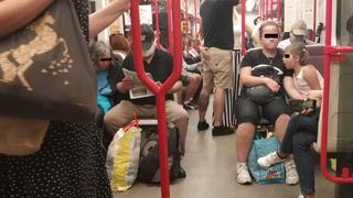 Někteří lidé roušky v pražském metru neřeší