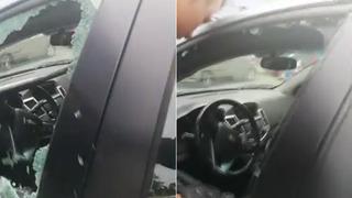 Policisté zachraňují kojence z uzamčeného vozu.