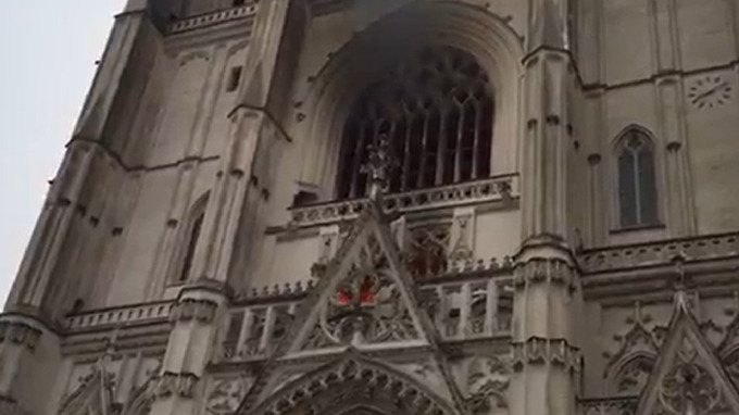 Ve francouzském Nantes vzplála katedrála