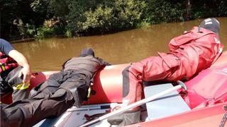 Policisté v řece objevili těla oblou mladíků.