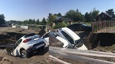 Dvě vozidla spadla do jámy.