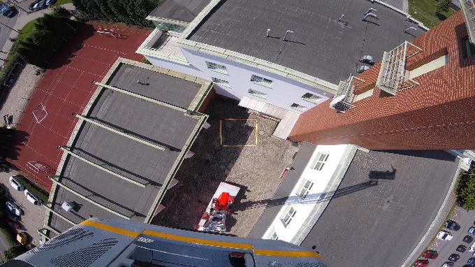 Výška třiceti metrů, dole rozměry nafukovací matrace.
