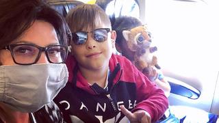 Ilona se svým synem v letadle.