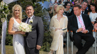 Jan Hamáček s manželkou. Jiří Paroubek a jeho zatím manželka Petra, se kterou se rozvádí.