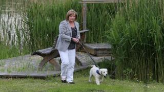 Ivana Zemanová na procházce s Darcym.
