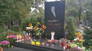 Aktuální pohled na Mistrův hrob na pražských Malvazinkách