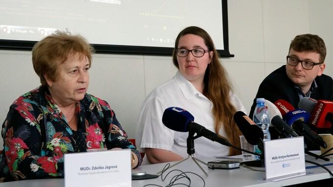 (vlevo) Ředitelka Hygienické stanice hlavního města Prahy. MUDr. Zdeňka Jágrová