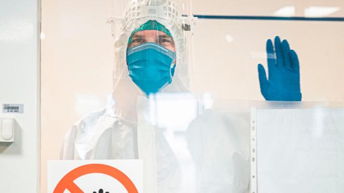 Primátor Prahy v ochranném obleku v nemocnici