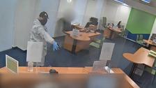 Maskovaný muž přepadl banku