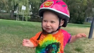 13měsíční holčička zvládá jízdu na skateboardu skvěle