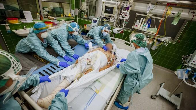 Uherskohradiští zdravotníci zachraňující nakažené koronavirem na pokraji sil