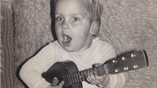 Julián si zamiloval hudbu už dítě
