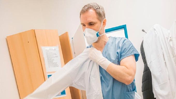 Zdeněk Hřib pomáhá v nemocnici jako dobrovolník