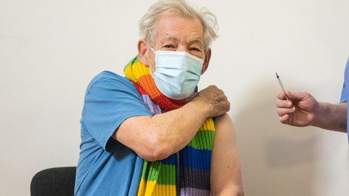 Herec Ian McKellen se nechat očkovat proti koronaviru