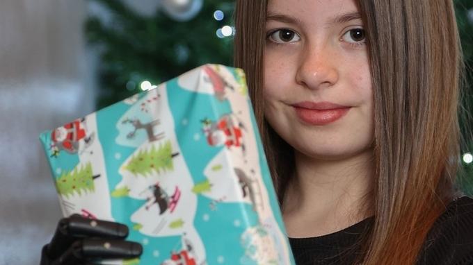 Desetiletá Lexi konečně rozbalí vánoční dárky