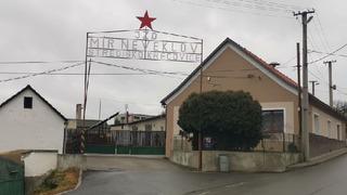Známá scenérie snímku Vesničko má středisková – Vjezd do JZD