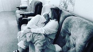 Michaela Hrazdírova na dojemném snímku se seniorkou