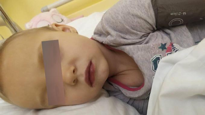 Dvouletá dcera paní Lucie M. pobývá v pražské nemocnici Motol