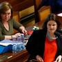 V popředí ministryně práce a sociálních věcí Jana Maláčová a za ní ministryně financí Alena Schillerová