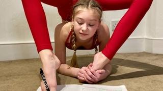 13letá Roxy píše úkoly nohama