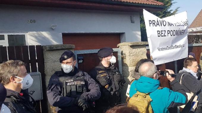 U domu ministra Jana Hamáčka se demonstruje