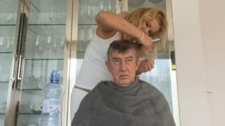Premiér Andrej Babiš při kadeřnickém zákroku své manželky