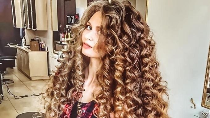 Daira Gubanová  má vlasy dlouhé 172 centimetrů.